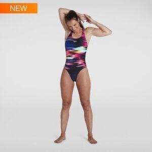 Costume donna da allenamento con stampa digitale e schiena aperta. Tessuto endurance+ asciugatura rapida e resistenza al cloro