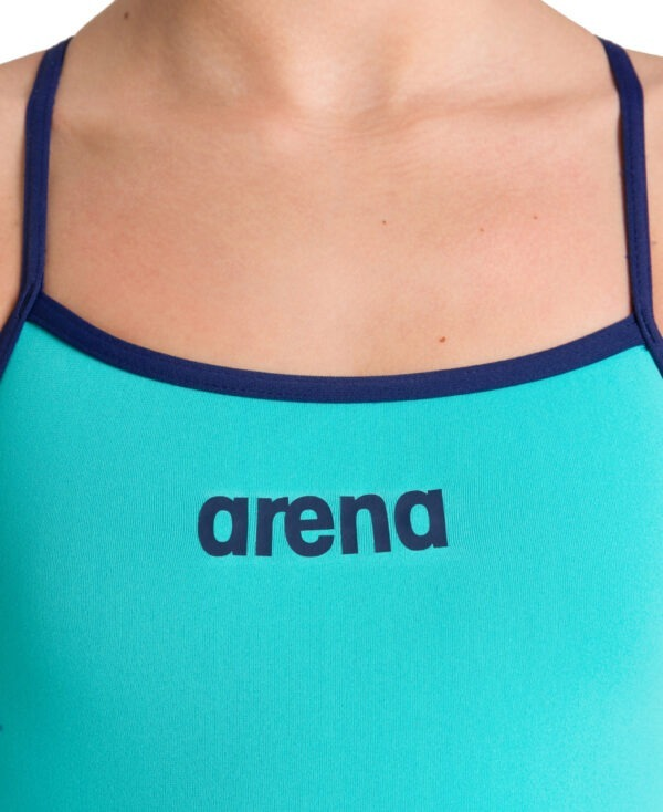 costume intero Solid Light Tech Arena tinta unita tessuto MaxLife resistenza al cloro Veste perfettamente e si asciuga in fretta scollatura e sgambatura medie.