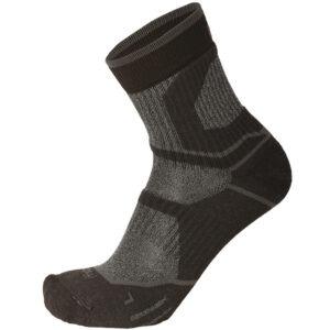 Calza MICO Outdoor corta in Primaloft® Piede in spugna di Primaloft® e lana merinos - Fasce elastiche anti-torsione nell'arco plantare e alla caviglia