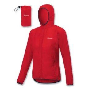 K-Way con cappuccio realizzata in tessuto ultra leggero, traspirante, antivento e idrorepellente
